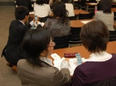携帯電話実機を受講者が実際に操作するワークショップ型研修会