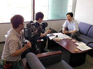 地元テレビ局のインタビューを受ける坂元座長